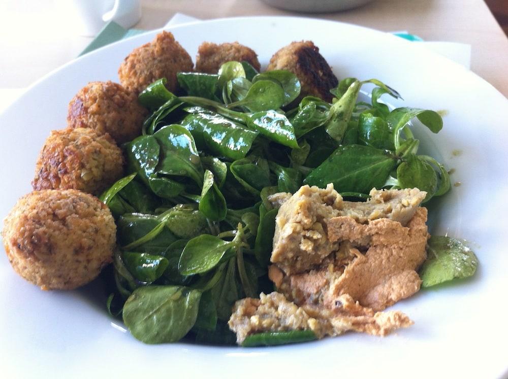 Feldsalat mit Falaffel und Hummus