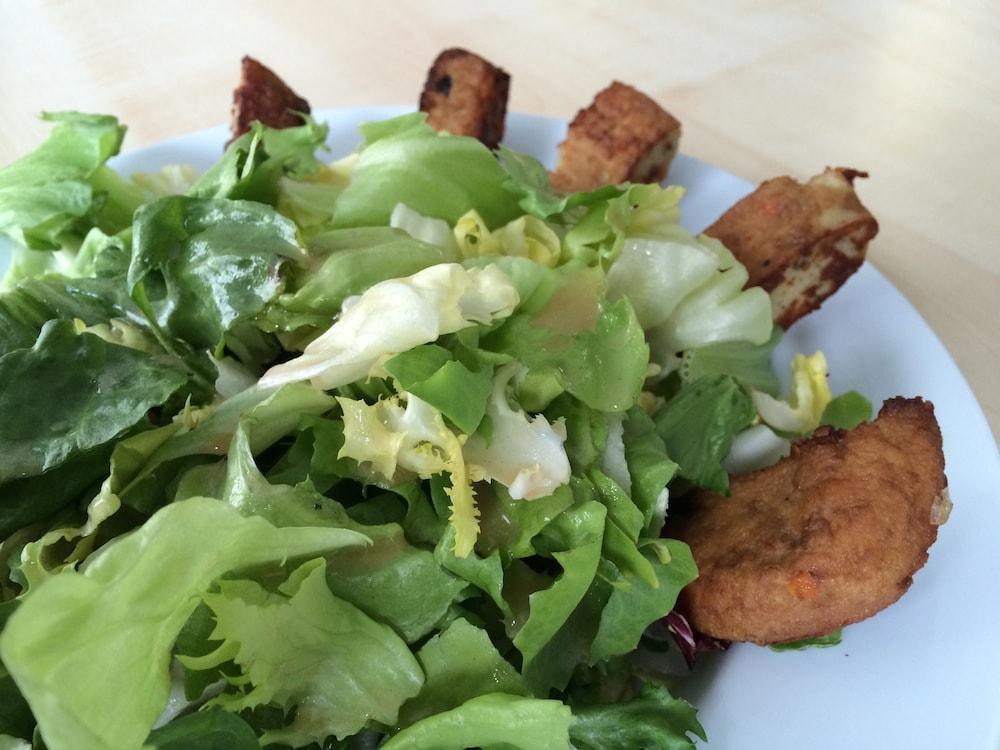 bunte Blattsalate mit in Streifen geschnittenen Lauch-Zwiebel-Burgern