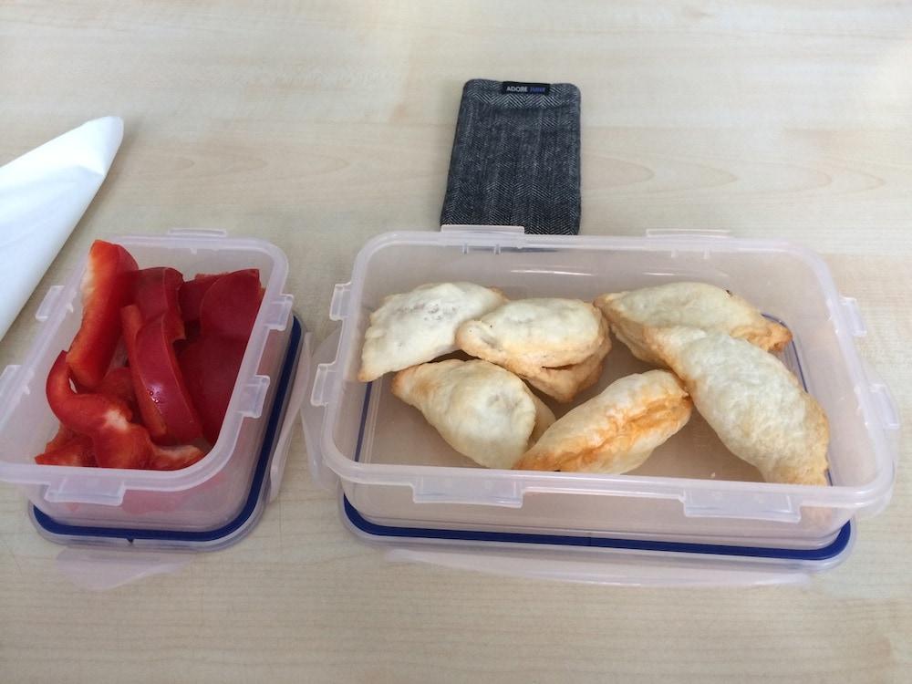 Blätterteig-Täschchen mit Feto-Artischocken-Füllung und Paprika