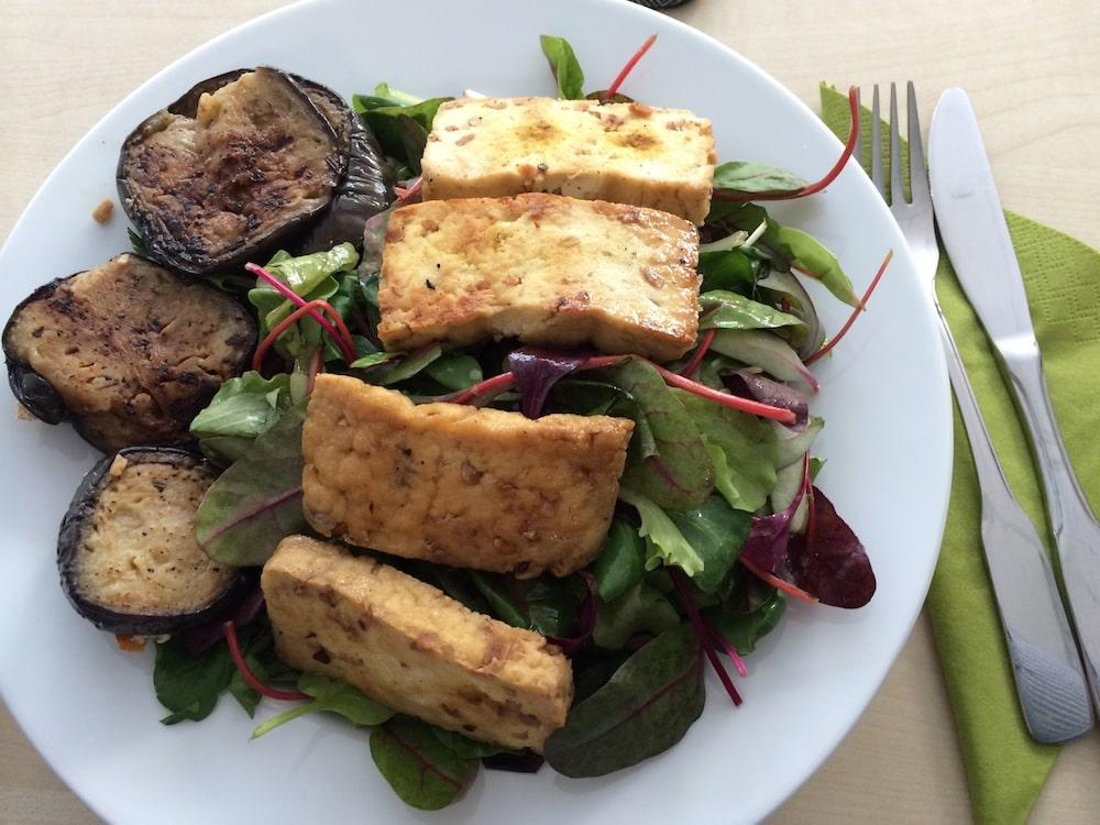 Feldsalat mit jungem Mangold und Rote Bete Streifen sowie Auberginentürmchen und Erdnusstofu