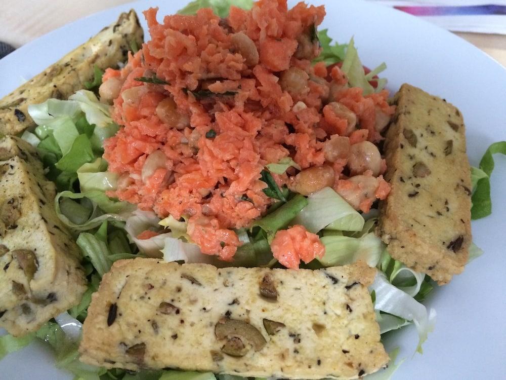 Ratz-Fatz-Möhrensalat auf Endivie mit Oliven-Tofu