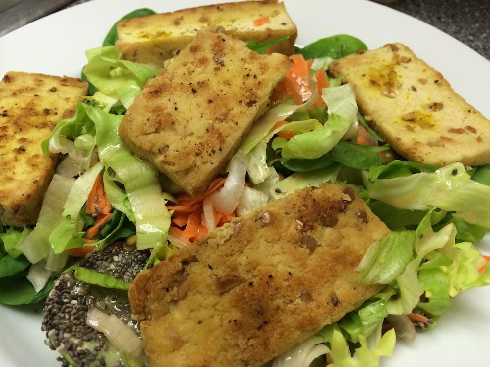 """Endiviensalat mit Erdnuss-Tofu - unten links eine mit Chia-Samen """"panierte"""" Gurke ;-)"""