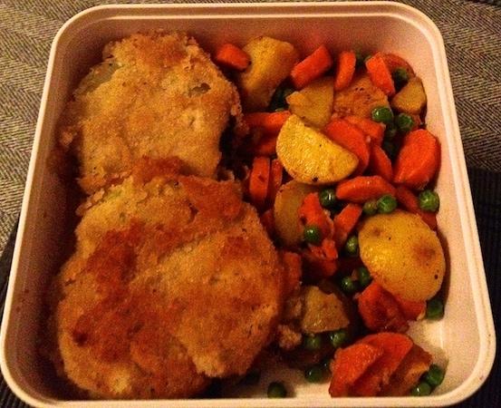 Kohlrabischnitzel mit Kartoffeln, Möhren und Erbsen
