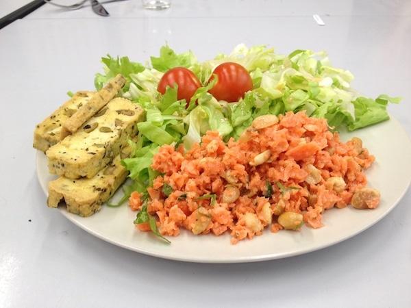 Endivie mit Möhrensalat und Oliventofu