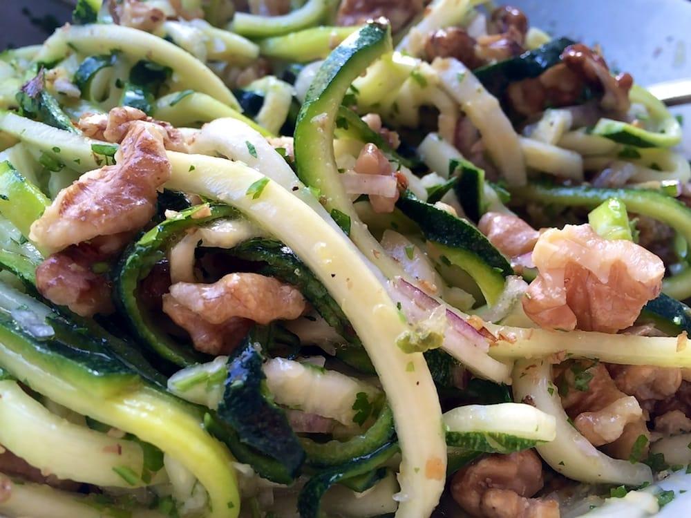 Zucchini-Walnuss-Zitronen-Salat – was Frisches für heiße Tage