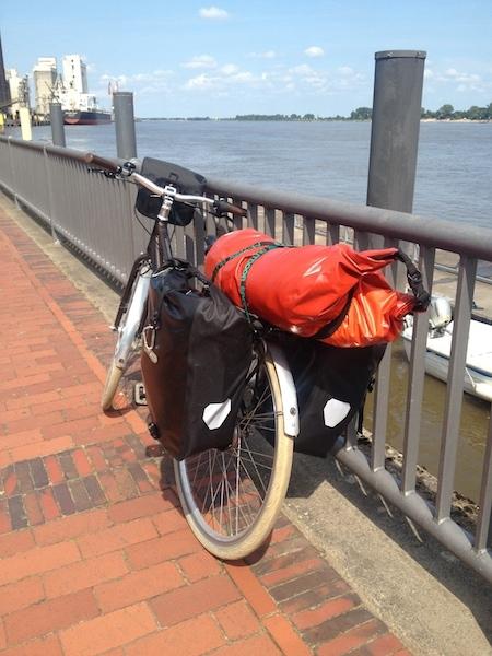 ein schönes Rad an einem schönen Fluss