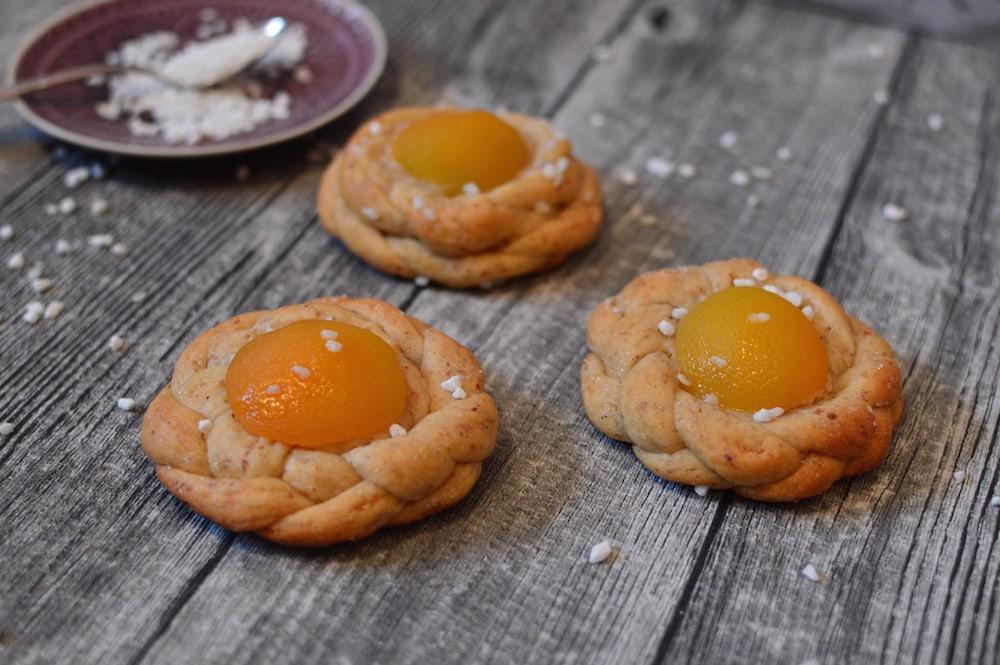 Osternester – vegane, geflochtene Hefeteigteilchen mit Aprikosen