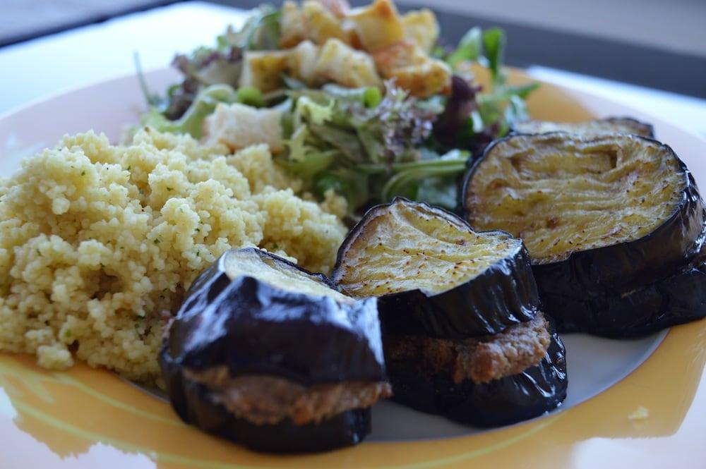 Auberginen-Nuss-Türmchen mit Bulgur und Salat
