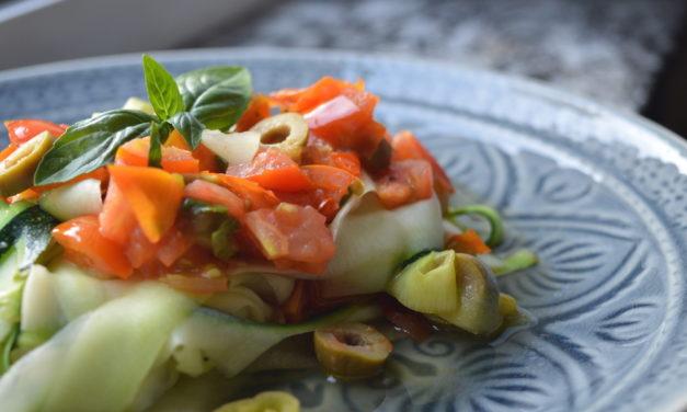 Schnelle Zucchininudeln mit Tomaten, Oliven und Peperoni