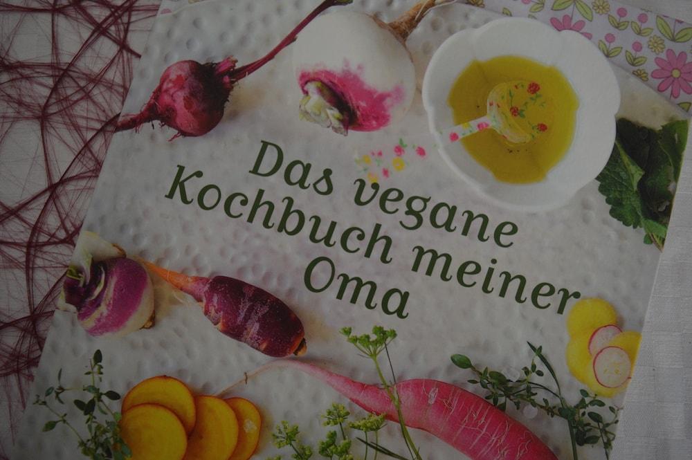 """Frisch gelesen: """"Das vegane Kochbuch meiner Oma"""" von Kirsten M. Mulach – mit Verlosung"""