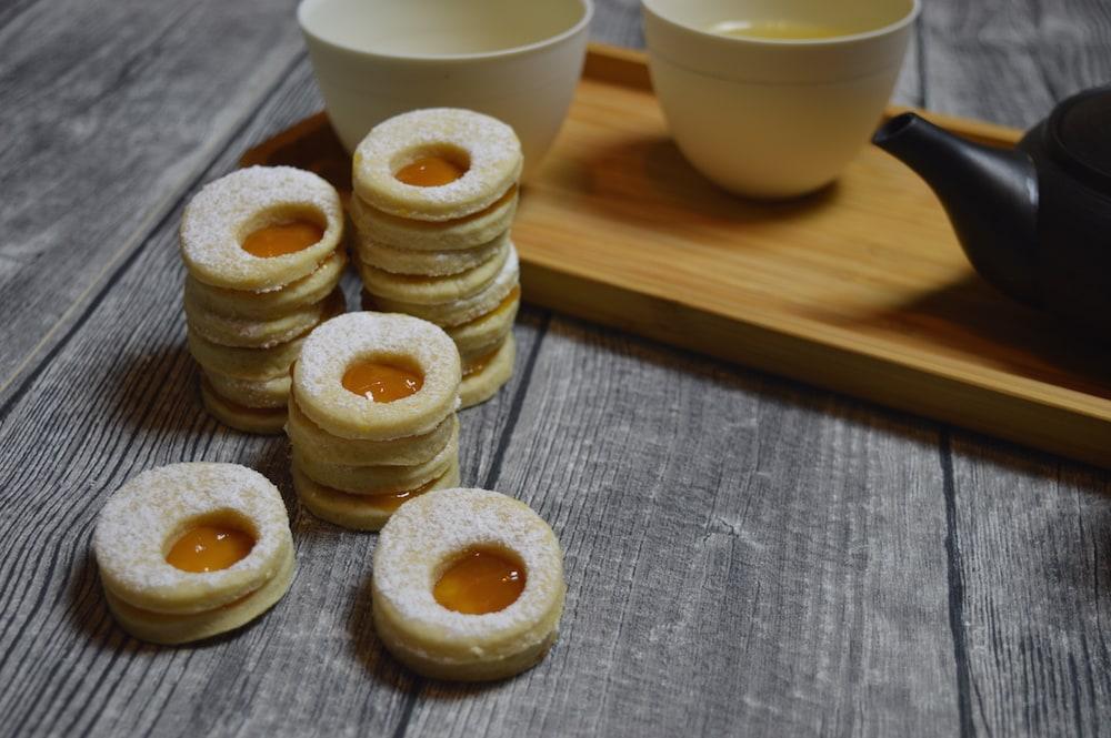 Ostereier-Plätzchen – frühlingshaft und fruchtig gefüllt mit Mango-Marillen-Marmelade